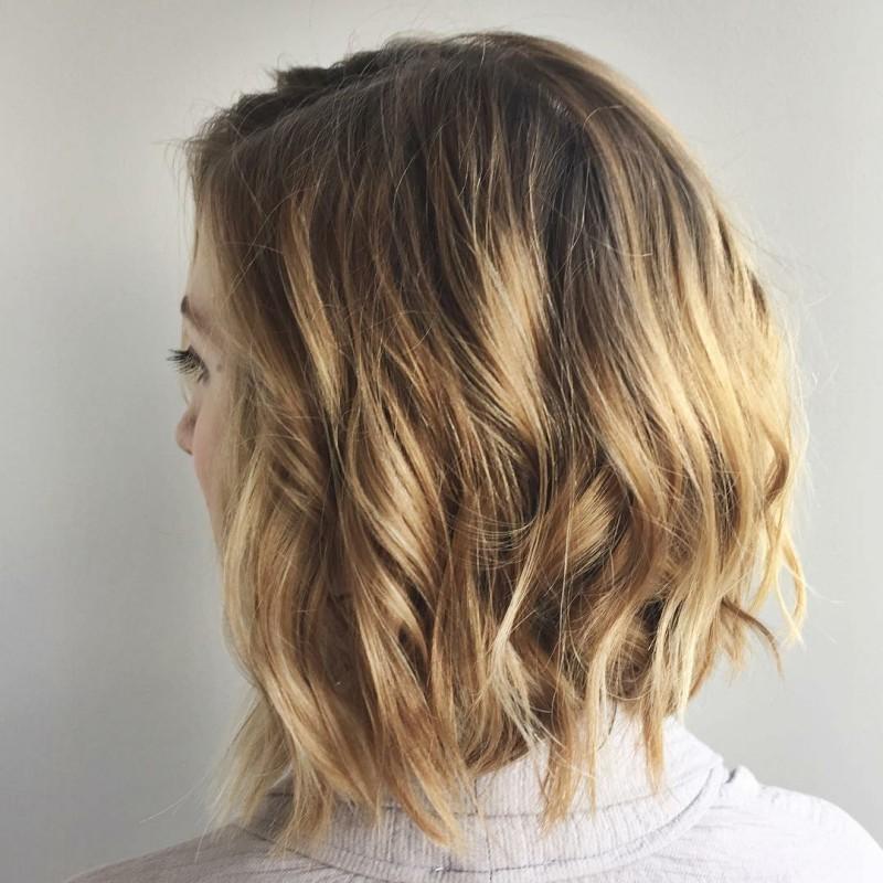 účesy polodlouhé vlasy 2019